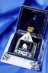 шкатулка в виде пирамиды по бокам которой росписи
